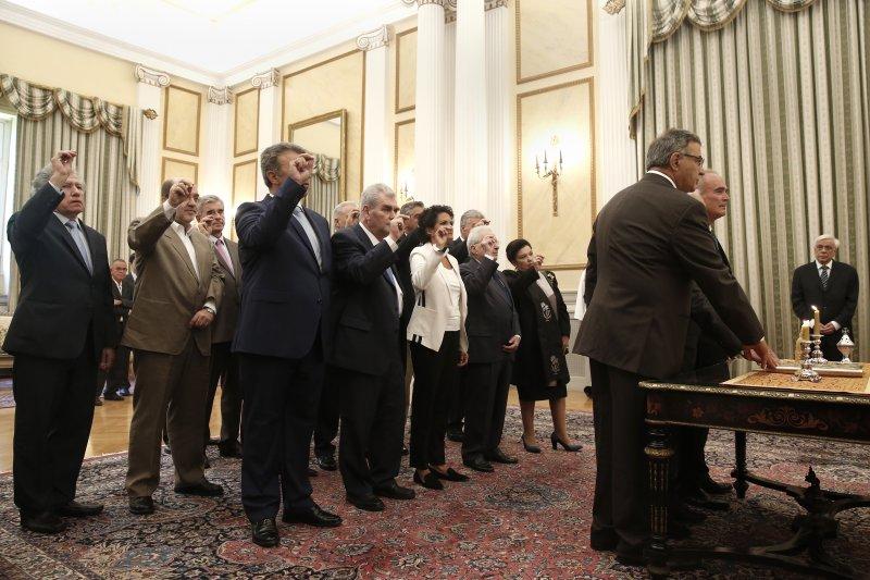 希臘看守內閣28日在總統府宣誓就職。(美聯社)
