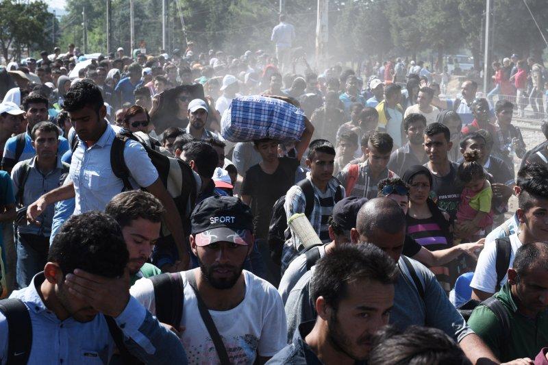 在馬其頓當局的許可之下,在希臘北部等候的難民28日湧入馬其頓國境。(美聯社)