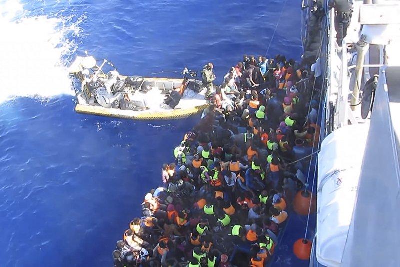 瑞典海岸警備隊26日在地中海救起439人,但後來在船艙發現51具窒息而亡的偷渡客遺體。(美聯社)