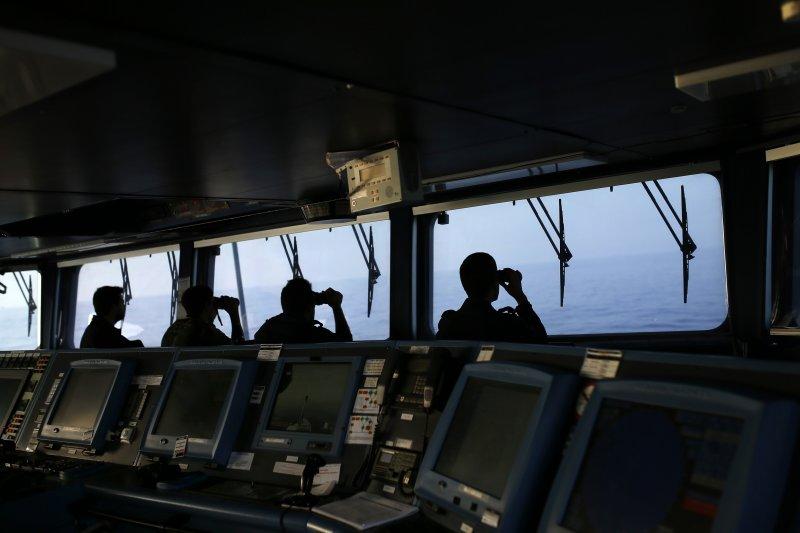葡萄牙海軍在地中海搜尋有無翻覆需要救援的偷渡船隻。(美聯社)