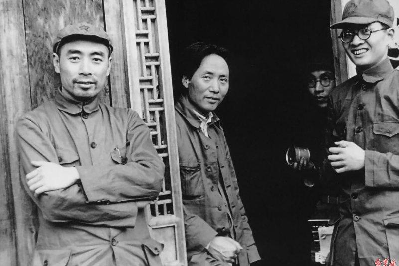 1937年初期,毛澤東(中)在延安(取自網路)