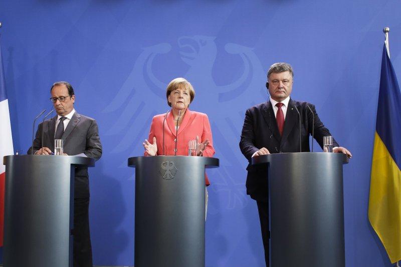 烏克蘭新的停火協議預計9月1日生效,圖為法國總統歐蘭德(左)、德國總理梅克爾(中)與烏克蘭總統波洛申科24日聚會。(右)。(美聯社)