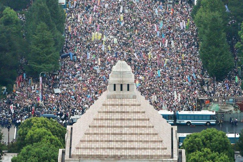 30日,上萬日民眾包圍國會議事堂。(美聯社)