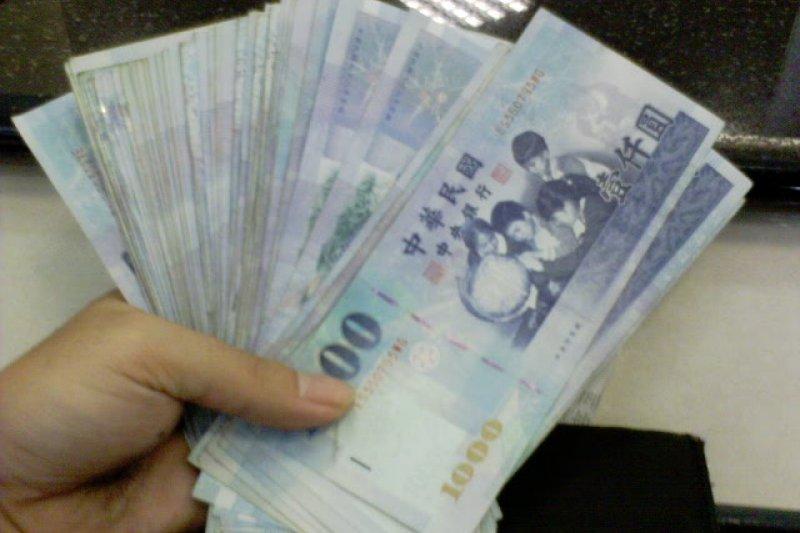據行政院主計總處調查,台灣近8年,共166萬戶入不敷出,負儲蓄近2萬元。(圖:歐蒐雷米歐@flickr)