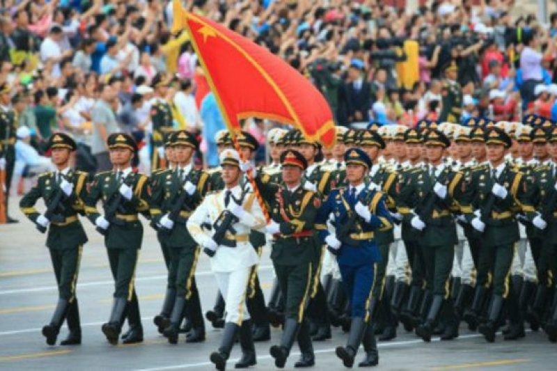 數萬群眾夾道觀看閱兵式演練。(BBC中文網)