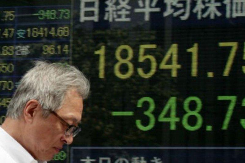 日經平均指數上午收市下跌2.38%。(BBC中文網)