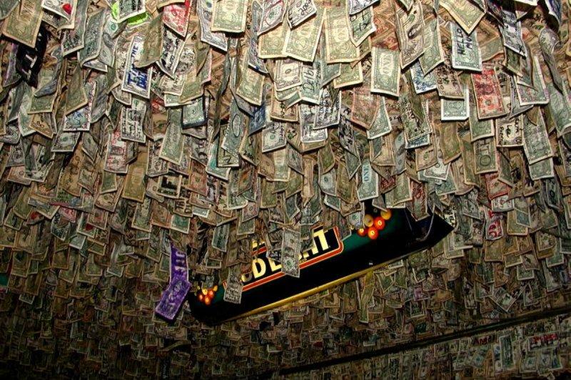 牆壁和天花板上都貼滿了顧客們簽名的美元鈔票,數量超驚人。(圖/mikebechto.com)