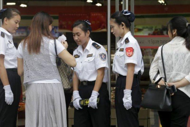 天安門廣場周邊的民眾在進入商店前接受安全檢查。(BBC中文網)
