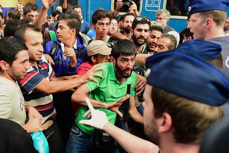 匈牙利警方封鎖車站阻擋難民進入。