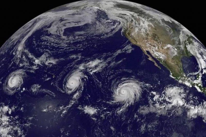 三颱齊聚太平洋的罕見衛星照。