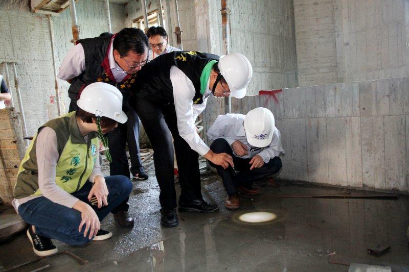 台南市副市長顏純左巡查工地與地下室。(台南市政府提供)