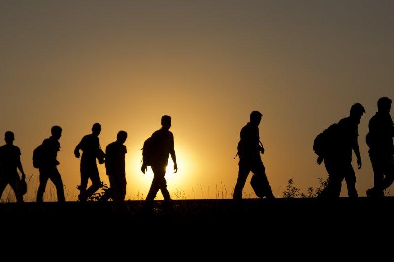 在匈牙利境內的鐵軌上往西方前進的難民們。(美聯社)