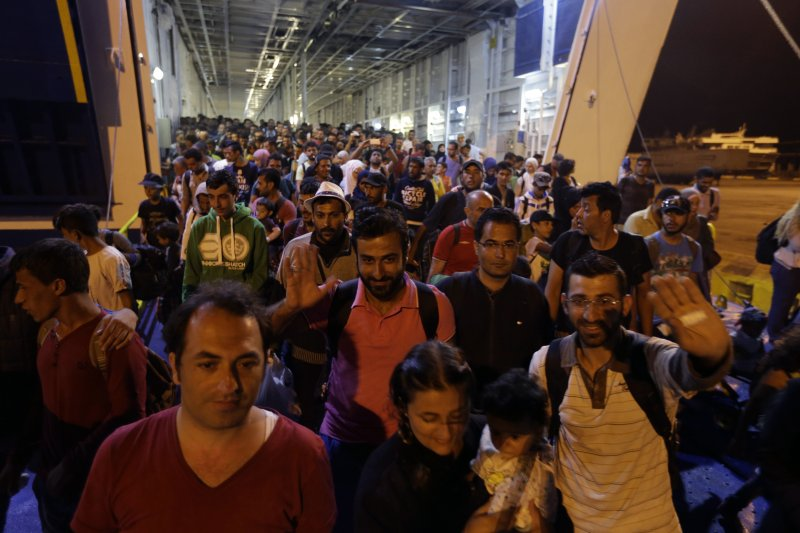 1日搭船在雅典上岸的難民們,有人臉上還掛著柳暗花明的微笑。(美聯社)