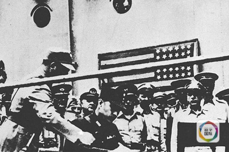 「美國是個天真又自以為是的國家,美國有時基於善意的作為,卻經常造成對方困擾與傷害。1950年國府剛由大陸撤退台灣,驚魂甫定之際,美國幕後策動台人發展組織,同時又出現主張台獨的團體,國府為了政局安定,逮捕台獨成員⋯⋯」圖為時任軍令部部長徐永昌上將(中坐者)代表中國國民政府在日本投降儀式上簽字受降。(資料照,新華社)