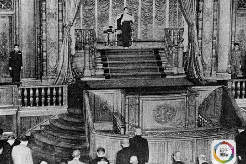1945年8月14日,日本天皇在日本東京向議會宣佈接受《波茨坦公告》,向盟國投降。(新華社)