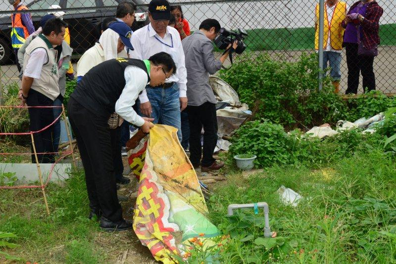 台南登革熱疫情嚴峻,台南市副市長顏純左1日稽查住宅區旁的農地。(取自台南市政府網站)
