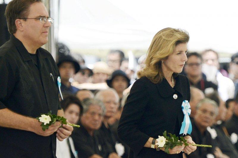 美國駐日大使卡洛琳甘迺迪在悼念二戰活動中獻花。(美聯社)