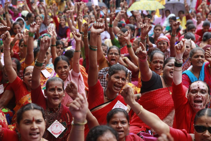 貧富不均加遽成為21世紀全球問題。圖為孟買的勞工在街頭呼喊口號,反對勞動惡法。(資料照片,美聯社)