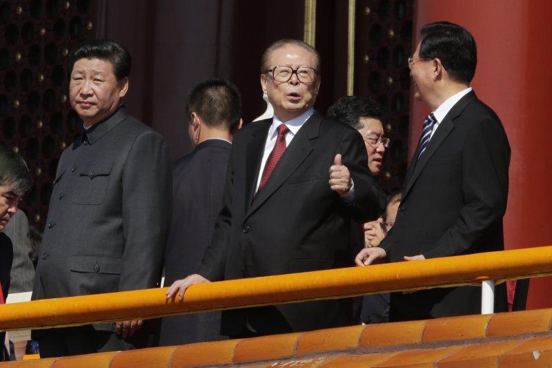 江澤民退任後的十年,仍然擁有軍委最高首長辦公室,用槍指揮了黨國又一個十年。。圖為中國九三大閱兵,習近平與江澤民、胡錦濤(資料照,美聯社)