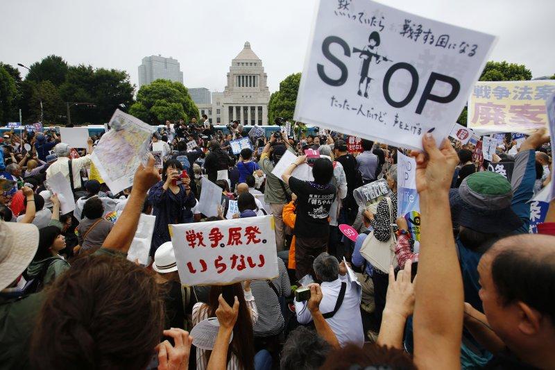 反對安保法案的日本民眾在國會外示威抗議。(美聯社)
