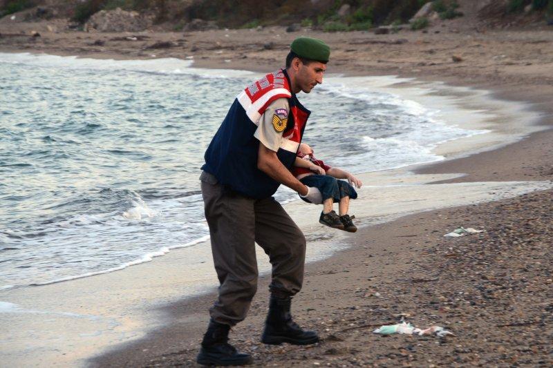 伏屍海灘的敘利亞男童亞藍。(美聯社)