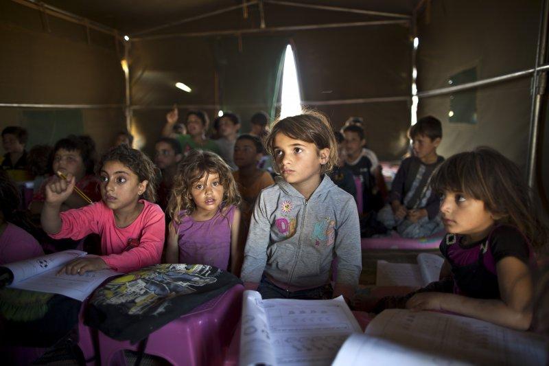 約旦的臨時學校中,湧入了來自中東各國的失學學童。(美聯社)