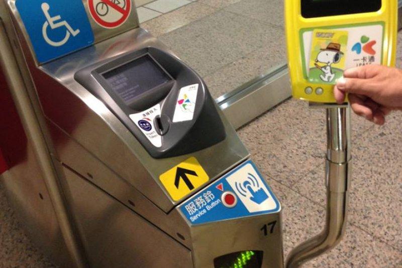 9月1日起,臺北捷運站正式開放使用高雄捷運一卡通,原本順利解決無法「一卡多用」窘境。(取自一卡通I Pass Card臉書)