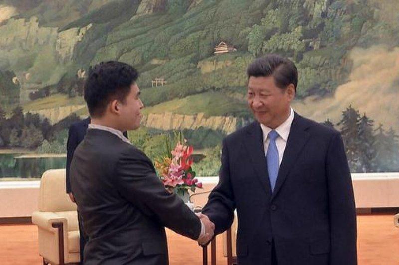 王炳忠(左)參加九三閱兵,與習近平握手。(取自王炳忠微博)