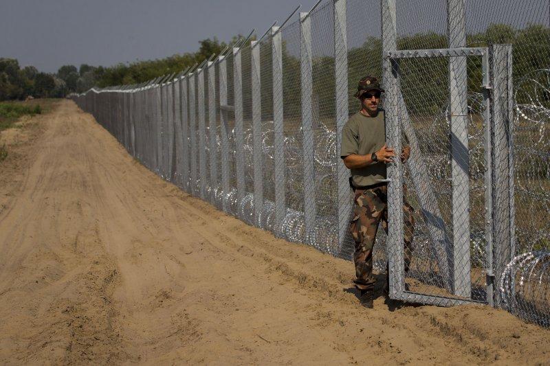 匈牙利在塞爾維亞邊界設立的隔離牆,為的就是阻擋難民進入匈牙利國界。(美聯社)