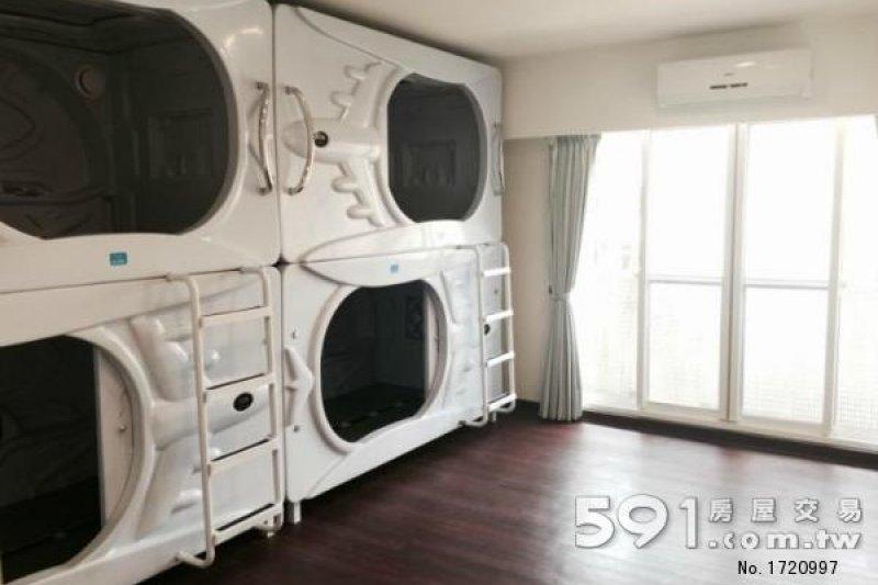 4個太空艙床位放置在雅房中,每人1個月仍要7000元租金,接近單人套房的價格。(圖片取自591租屋網)