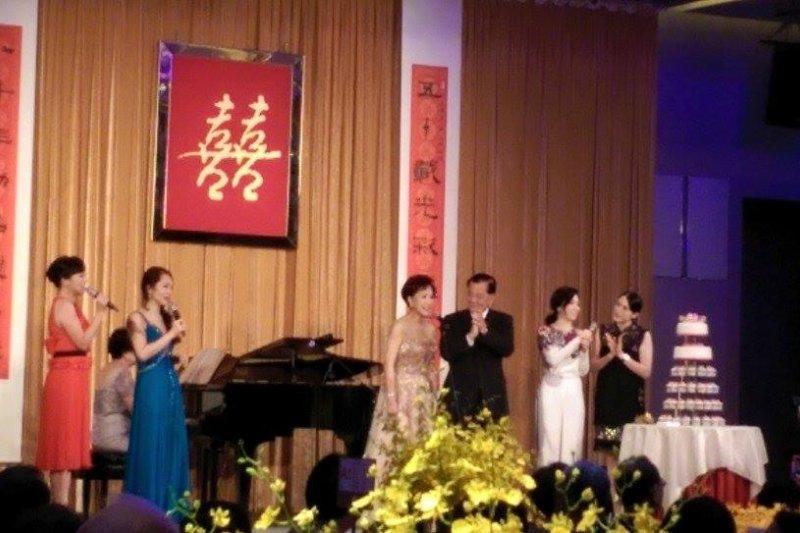 北京「閱兵」後,連戰返台舉辦「金婚宴」,政商界名流出席祝賀,連方瑀身穿金色禮服高唱1小時。(圖片取自雷倩臉書)