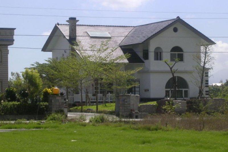 豪華農舍越來越多,內政部日前推動《農舍興建辦法》修正草案,規定只有農民才能蓋農舍,但引起反彈聲浪。(取自台灣省政府網站)