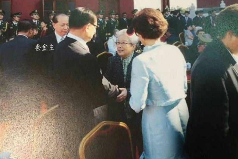 20150907 桃園市綠黨籍議員王浩宇指出秦金生出席閱兵典禮。