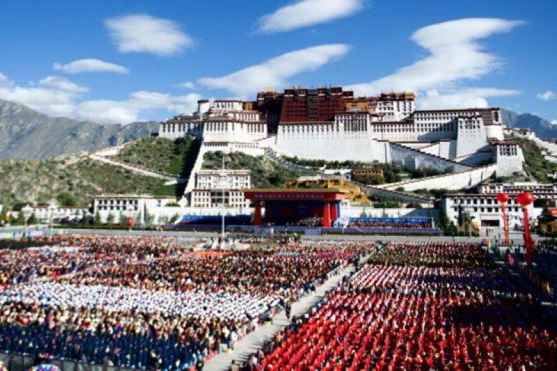 約2萬人參加了紀念西藏自治區成立50週年活動。(BBC中文網)