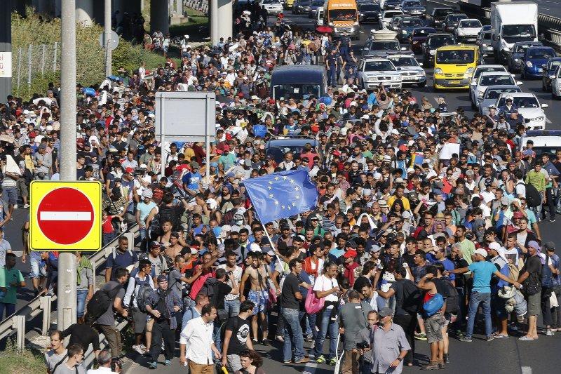 歐洲難民6日集結在匈牙利的布達佩斯,人數眾多。(美聯社)