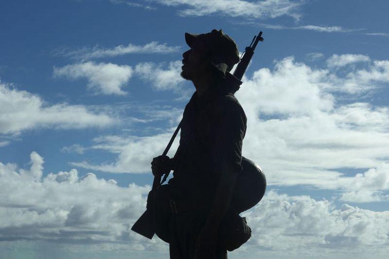 描寫二戰日本兵島求生的影集《野火》劇照。