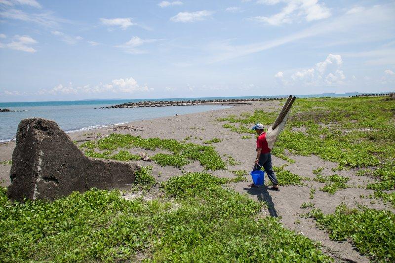 流行於太平洋近海沿岸邊,不分季節與魚種 又稱「手伶仔」、「手網」(圖/行人文化實驗室提供)