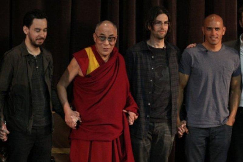 聯合公園(Linkin Park)與達賴喇嘛(取自網路)