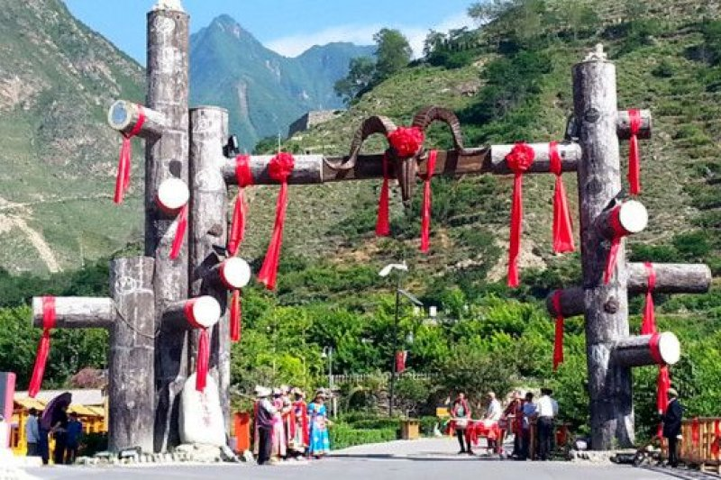 在旅遊旺季,坪頭村每天都在接待絡繹不絕的遊客,原始村落的寂靜早已被打破。(BBC中文網)