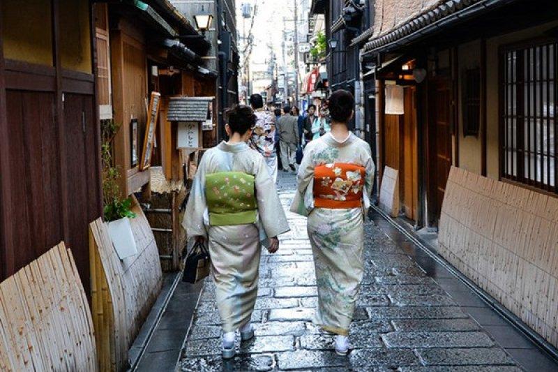 其實不用去日本,也能在台灣開心體驗和服,穿著和服到充滿和式風格的景點外拍也別有一番風情喔。(圖/benedettobuono@flickr)
