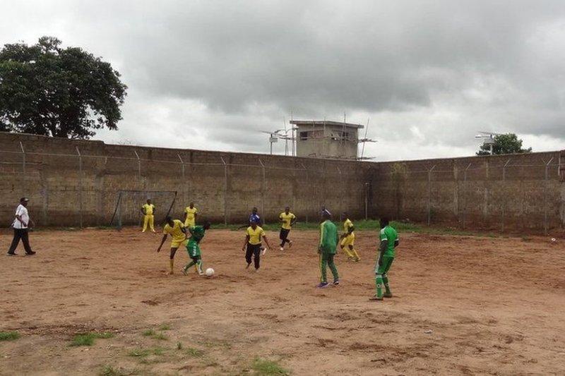 奈及利亞監獄鼓勵博科哈蘭的囚犯踢足球,藉此改造思想。(取自推特)