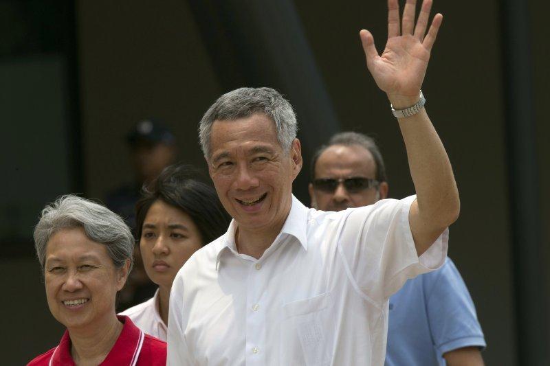 新加坡總理夫人何晶(左)在臉書轉貼「台灣將捐贈口罩給新加坡」新聞時,寫下「Errrr…(呃…)」的評論,引起大量討論。(資料照,美聯社)