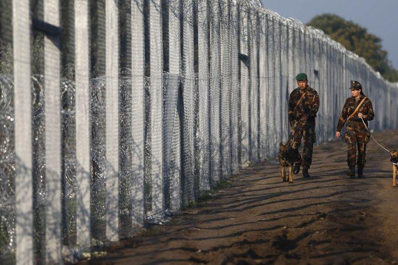 匈牙利警方巡邏邊界。(美聯社)