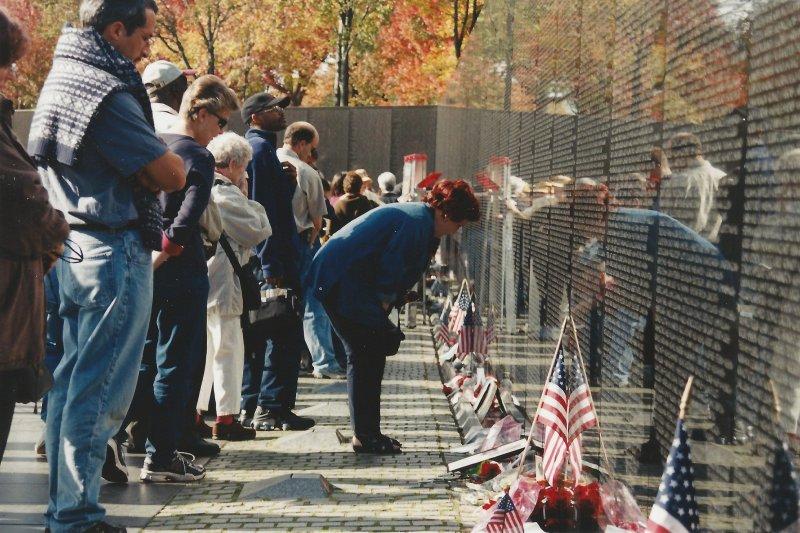 川流不息的民眾在林瓔設計的越戰紀念牆前獻上心意。(圖/Elvert_Barnes@flickr)