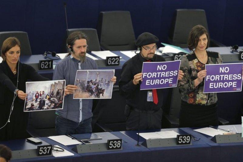 歐盟執委會以難民照及標語不要堡壘的歐洲強調歐盟各國該同意難民配額提案,但東歐國家仍紛紛拒絕配合(路透)