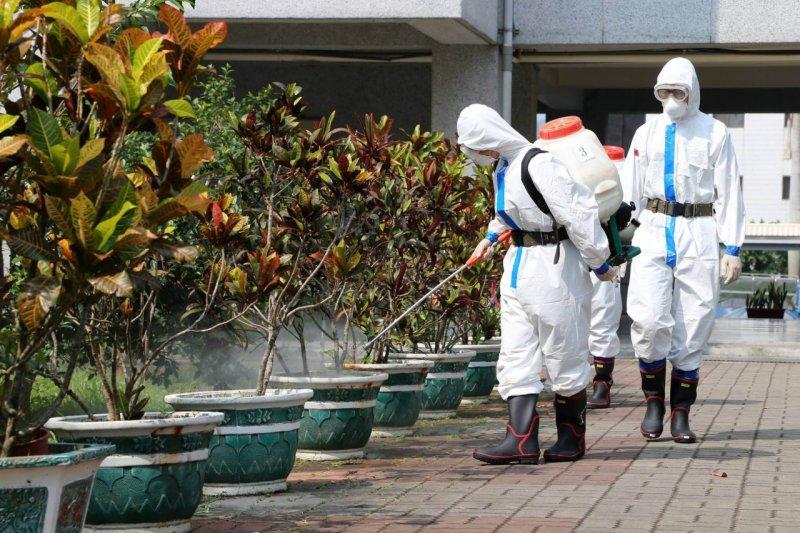 國防部表示,第四作戰區將持續派遣兵力、機具,支援台南市、高雄市登革熱消毒工作。(國防部提供)