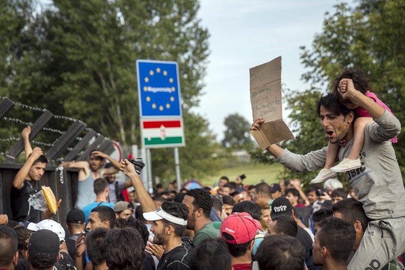 匈牙利與塞爾維亞邊界的難民發起抗議(美聯社)。