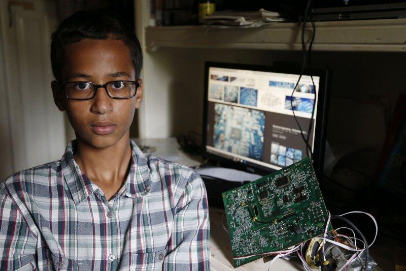 14歲的穆罕默德是德州厄汶市(Irving)麥克阿瑟高中(MacArthur High School)的高一生(美聯社)。