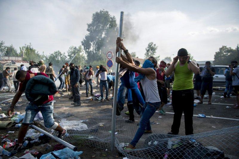 匈牙利警方鎮壓難民(美聯社)