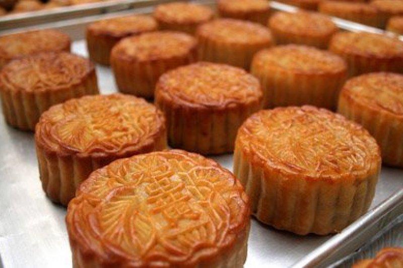 吃月餅是華人中秋節的習俗,但在月餅中塞入小紙條,上書「八月十五殺韃子」的傳說,作者指出其實是假的。(取自國民健康署網站)